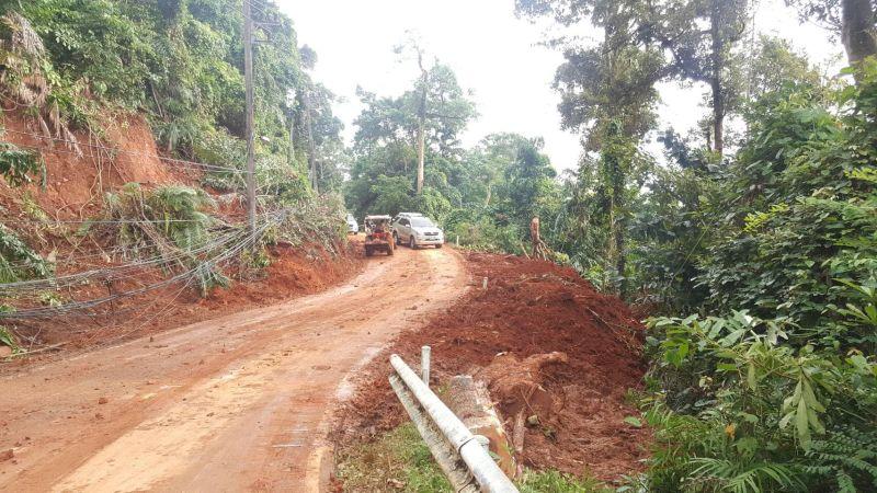 Landslide near Bangbao - road open