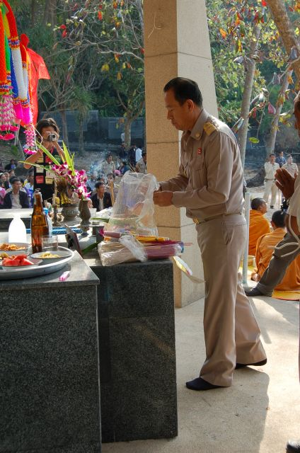 Koh Chang Governor paying respects